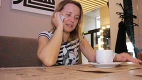 Donna che comunica sul telefono stock footage