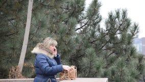 Donna che comunica sul telefono video d archivio