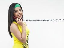Donna che comunica sul telefono Fotografia Stock