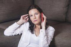 Donna che comunica sul telefono Immagine Stock Libera da Diritti