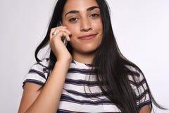 Donna che comunica sul telefono Immagini Stock