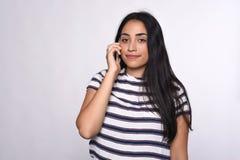 Donna che comunica sul telefono Immagini Stock Libere da Diritti