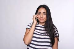 Donna che comunica sul telefono Fotografia Stock Libera da Diritti