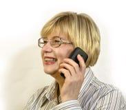 Donna che comunica sul telefono delle cellule Immagini Stock