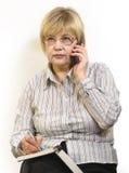 Donna che comunica sul telefono delle cellule Fotografia Stock Libera da Diritti
