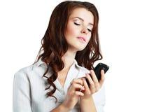 Donna che comunica sul telefono delle cellule Immagini Stock Libere da Diritti