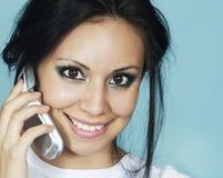 Donna che comunica sul telefono delle cellule Fotografia Stock