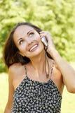 Donna che comunica sul telefono mobile Fotografie Stock