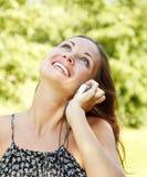 Donna che comunica sul telefono mobile. Fotografie Stock Libere da Diritti