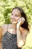 Donna che comunica sul telefono mobile Fotografie Stock Libere da Diritti
