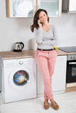 Donna che comunica sul telefono mobile fotografia stock