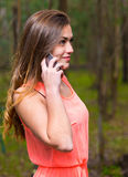 Donna che comunica telefono mobile Fotografia Stock Libera da Diritti
