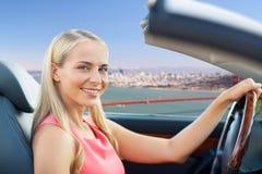 Donna che conduce automobile convertibile a San Francisco fotografie stock libere da diritti