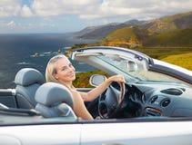 Donna che conduce automobile convertibile sulla costa di Big Sur immagini stock