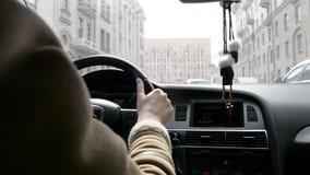Donna che conduce un'automobile nelle vie della città stock footage