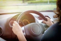 Donna che conduce un'automobile, vista da dietro Immagini Stock Libere da Diritti