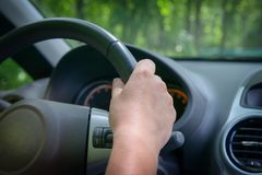 Donna che conduce un'automobile, vista da dietro Fotografia Stock Libera da Diritti