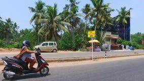 Donna che conduce un motociclo con le periferie stock footage