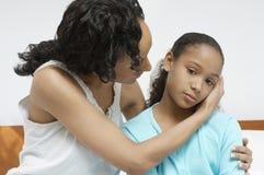 Donna che conforta figlia malata Fotografie Stock Libere da Diritti
