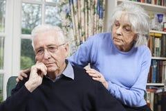 Donna che conforta uomo senior con la depressione immagine stock libera da diritti