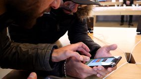 Donna che confronta vecchio e nuovo iphone stock footage