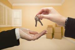 Donna che consegna le chiavi della Camera dentro stanza vuota Fotografia Stock Libera da Diritti