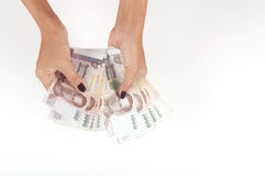 Donna che conta la Tailandia 1000 banconote di baht Fotografia Stock