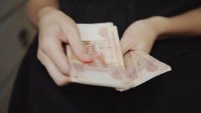 Donna che conta soldi video d archivio