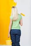 Donna che contempla una parete dipinta metà Fotografia Stock Libera da Diritti