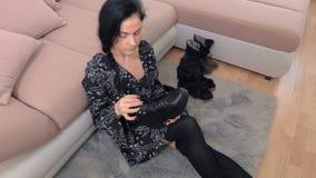 Donna che controlla gli stivali