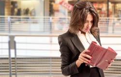 Donna che controlla il portafoglio Fotografie Stock Libere da Diritti
