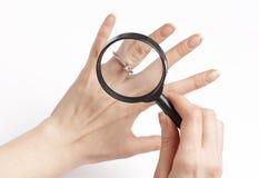 Donna che controlla l'anello di diamante, Fotografie Stock