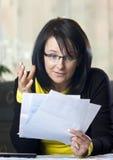 Donna che controlla le fatture Immagini Stock Libere da Diritti
