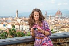 Donna che controlla le foto in camera a Firenze, Italia Fotografia Stock Libera da Diritti