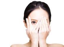 Donna che copre i suoi occhi a mano fotografie stock libere da diritti