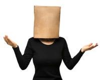 Donna che copre il suo capo facendo uso di un sacco di carta Fotografie Stock