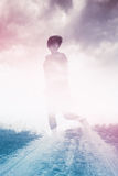 Donna che corre alla libertà attraverso il campo della campagna Fotografia Stock