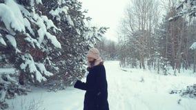 Donna che corre in avanti in legno di inverno archivi video