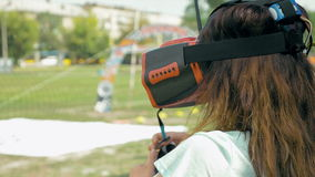Donna che corregge i vetri di VR per pilotare il fuco di FPV archivi video