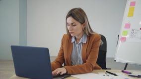 Donna che crea nuovo prototipo per il progetto mobile del app archivi video
