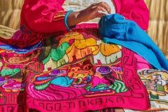 Donna che cuce in Uros, Perù Fotografia Stock