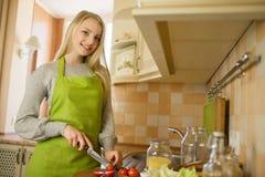 Donna che cucina alimento sano con le verdure fotografia stock