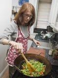 Donna che cucina con il wok Immagine Stock Libera da Diritti