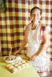 Donna che cucina il patè della carne fotografia stock