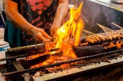 Donna che cucina l'alimento della via a Penang, Malesia fotografie stock libere da diritti