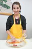 Donna che cucina la mano di kimchi Immagini Stock Libere da Diritti