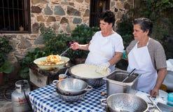 Donna che cucina la pasticceria deliziosa dei loukoumades Fotografia Stock