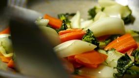 Donna che cucina le verdure archivi video