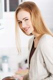 Donna che cucina minestra Fotografia Stock Libera da Diritti