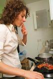 Donna che cucina nel paese fotografie stock libere da diritti
